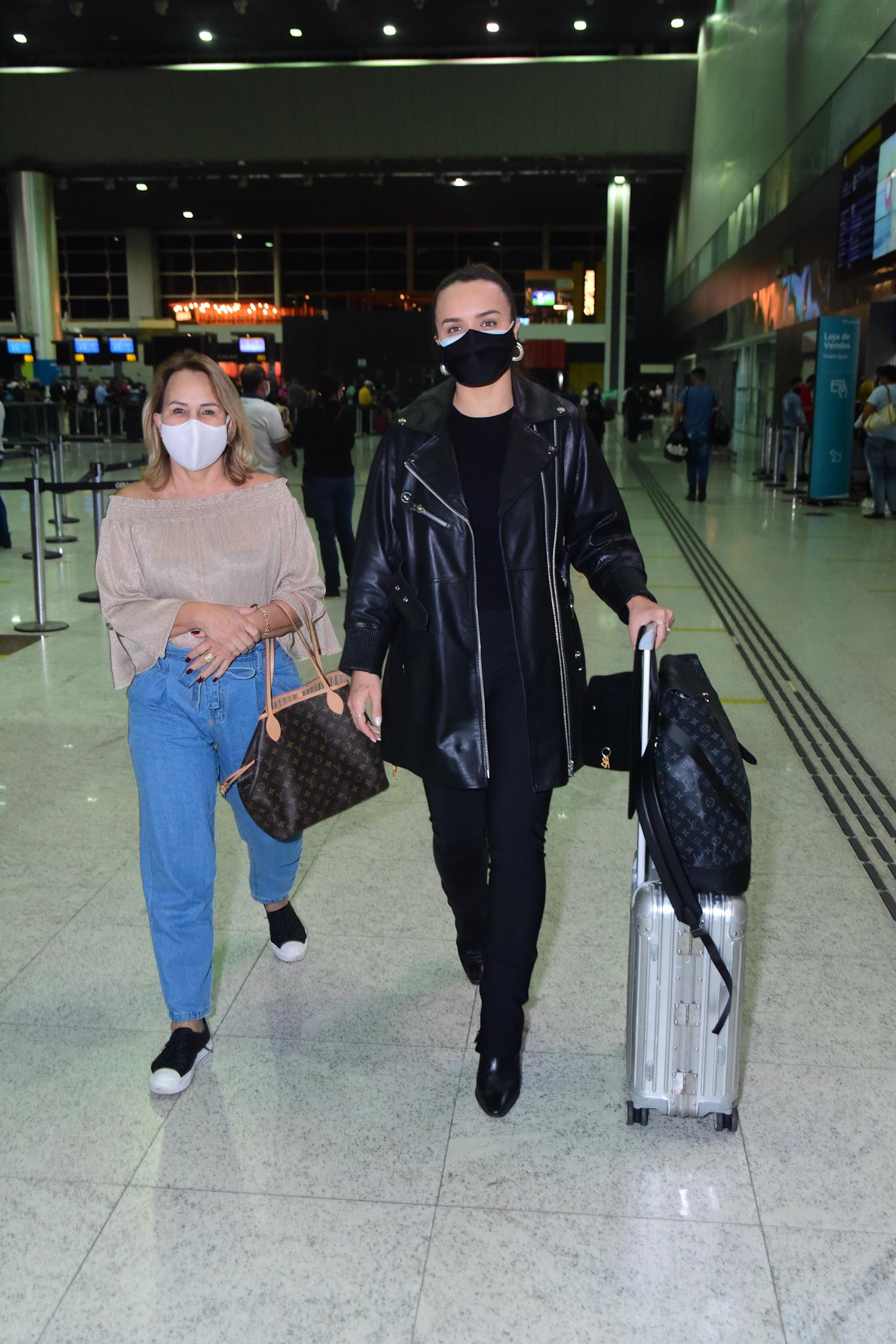 Rafa Kalimann se despede emocionada da mãe antes de embarcar para morar nos EUA
