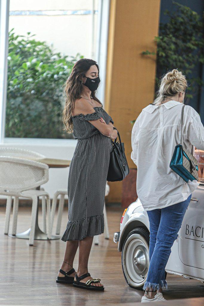 Thaila Ayala exibe barriguinha de gravidez durante passeio